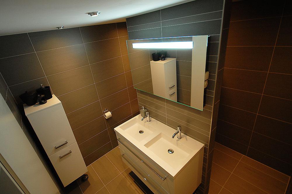 Gezinswoning metamorfose - Bruine en beige badkamer ...
