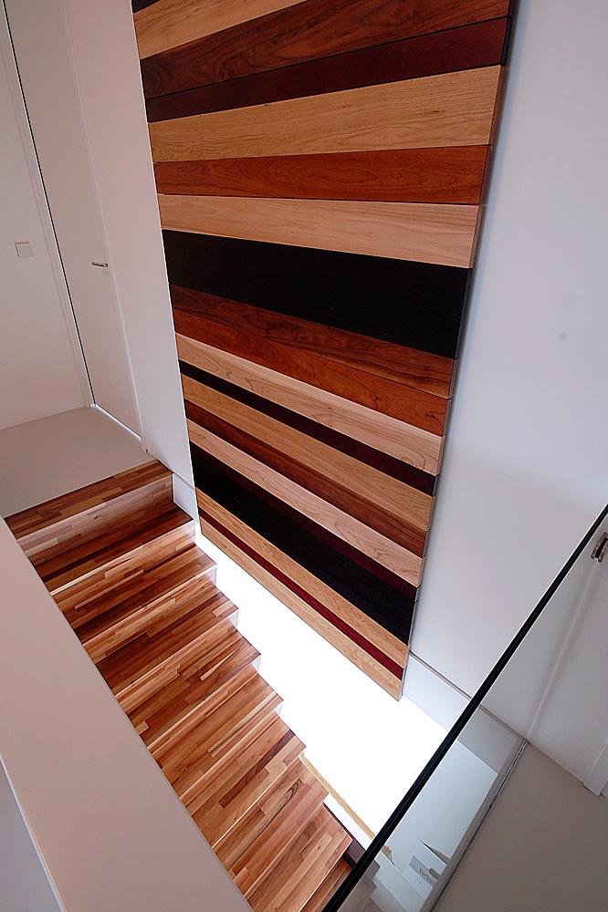 Minimalistisch interieur gevuld met design klassiekers - Houten trapontwerp ...