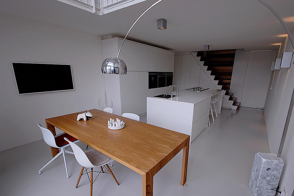 Minimalistisch interieur gevuld met design klassiekers - Interieur binnenkomst ...