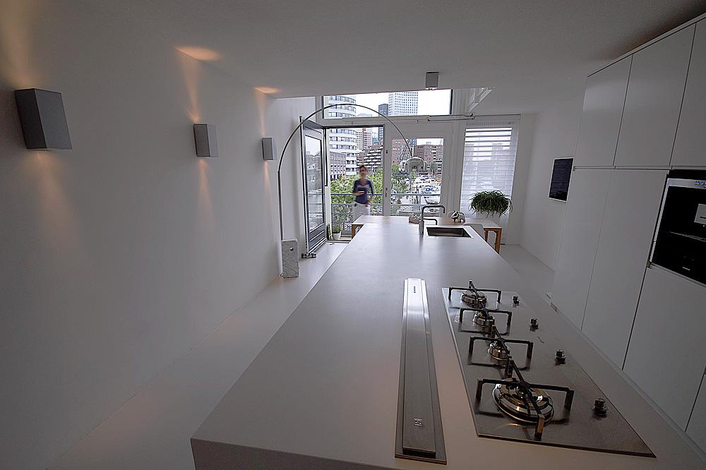 Minimalistisch interieur gevuld met design klassiekers - Keuken minimalistisch design ...