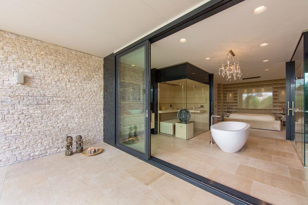 Water villa wellness for Salle de bain ouverte sur chambre construire