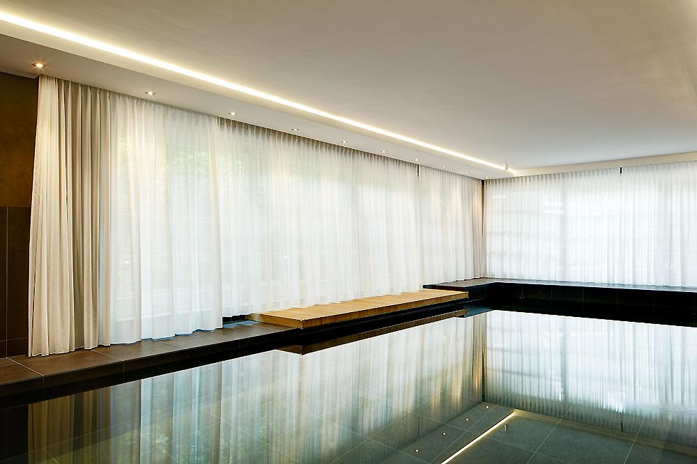 zwembad met gordijnen